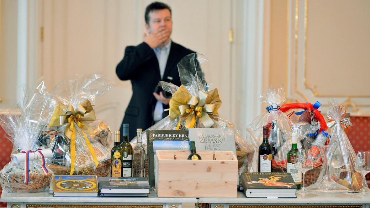 Hejtmani přivezli na setkání s prezidentem produkty ze svých regionů