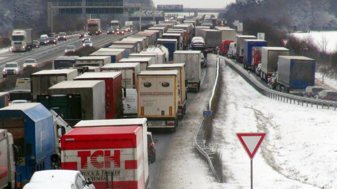 Sníh způsobil zácpy na německých dálnicích