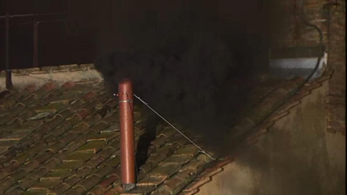 Černý kouř nad Sixtinskou kaplí