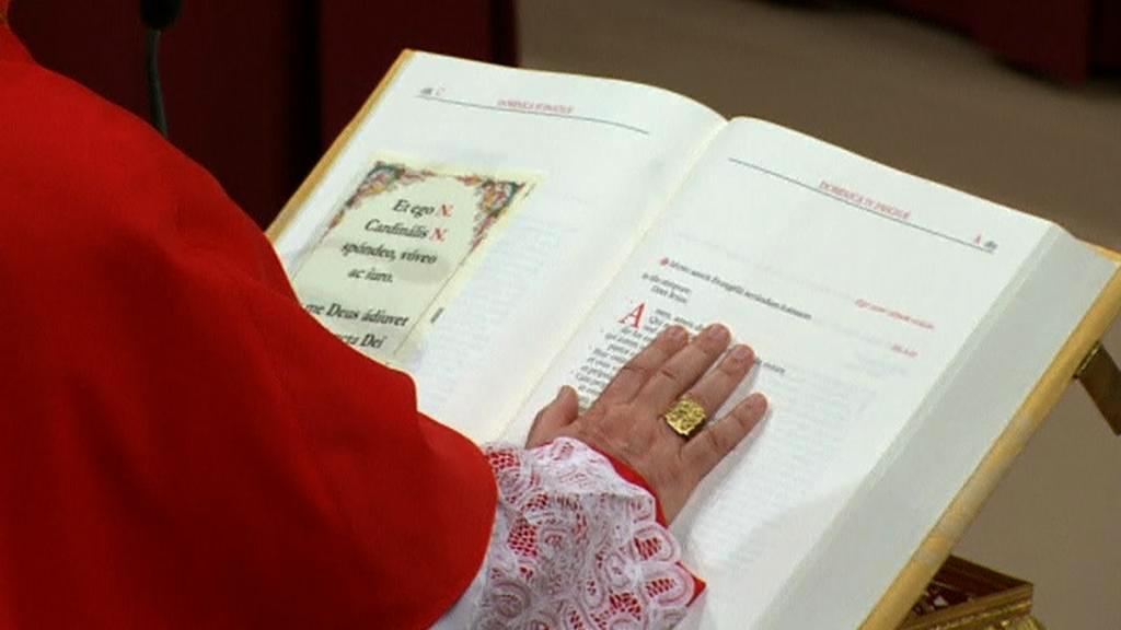 Přísaha kardinálů na evangeliář