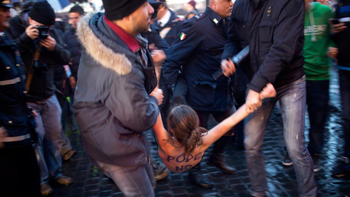Zadržení aktivistky z hnutí Femen na Svatopetrském náměstí