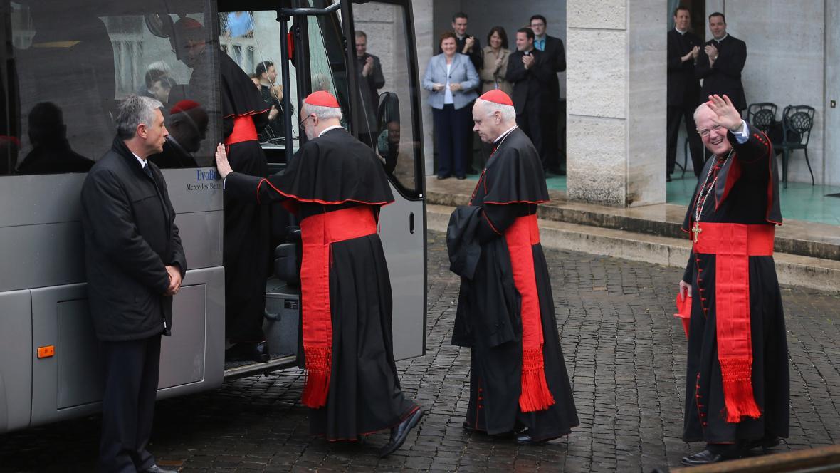 Kardinálové odjíždějí do penzionu Santa Marta