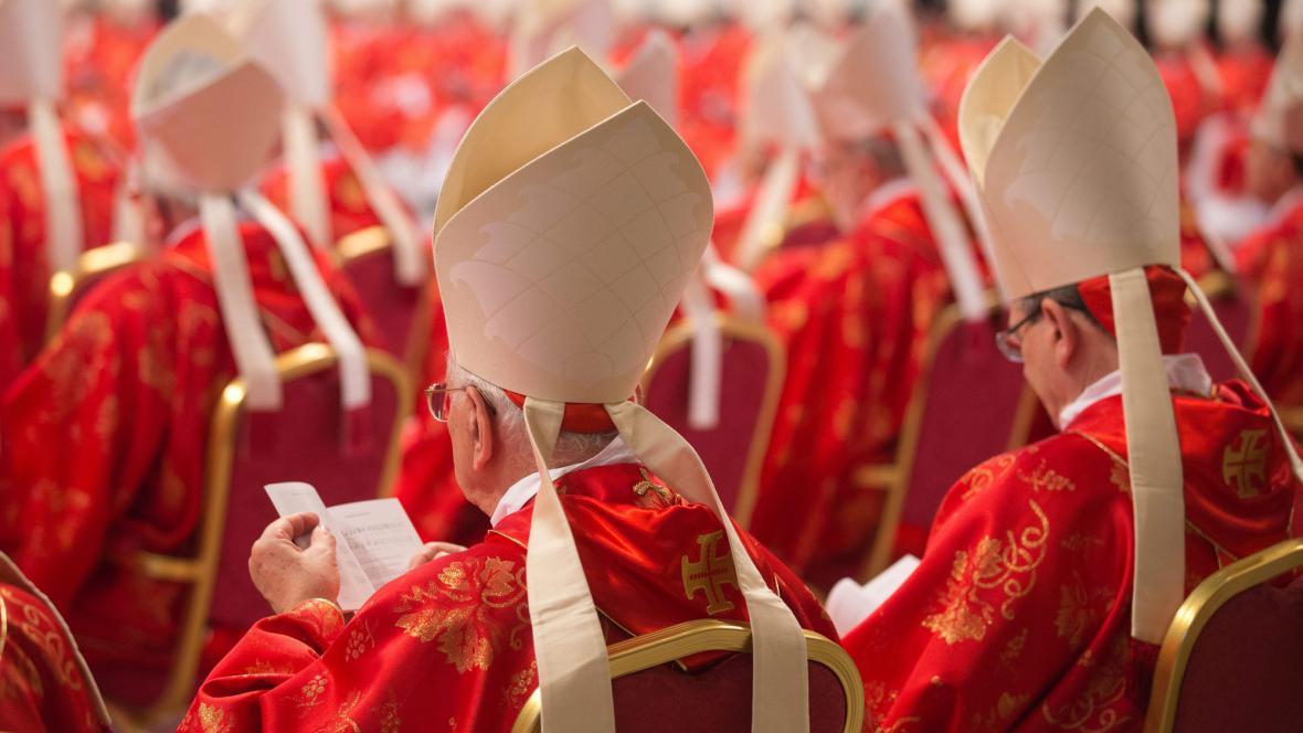 Kardinálové při mši