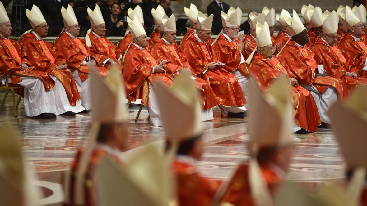 Kardinálové na mši