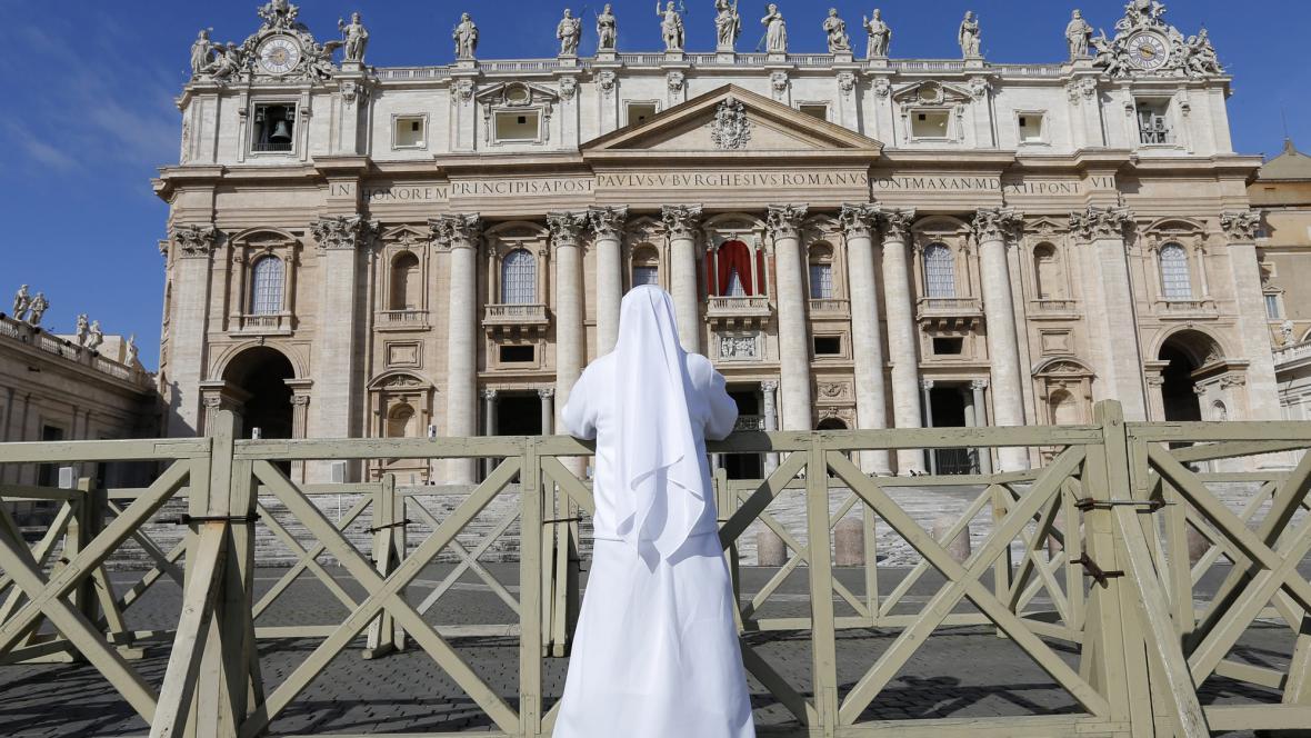 Svatopetrské náměstí je připravené na příval věřících