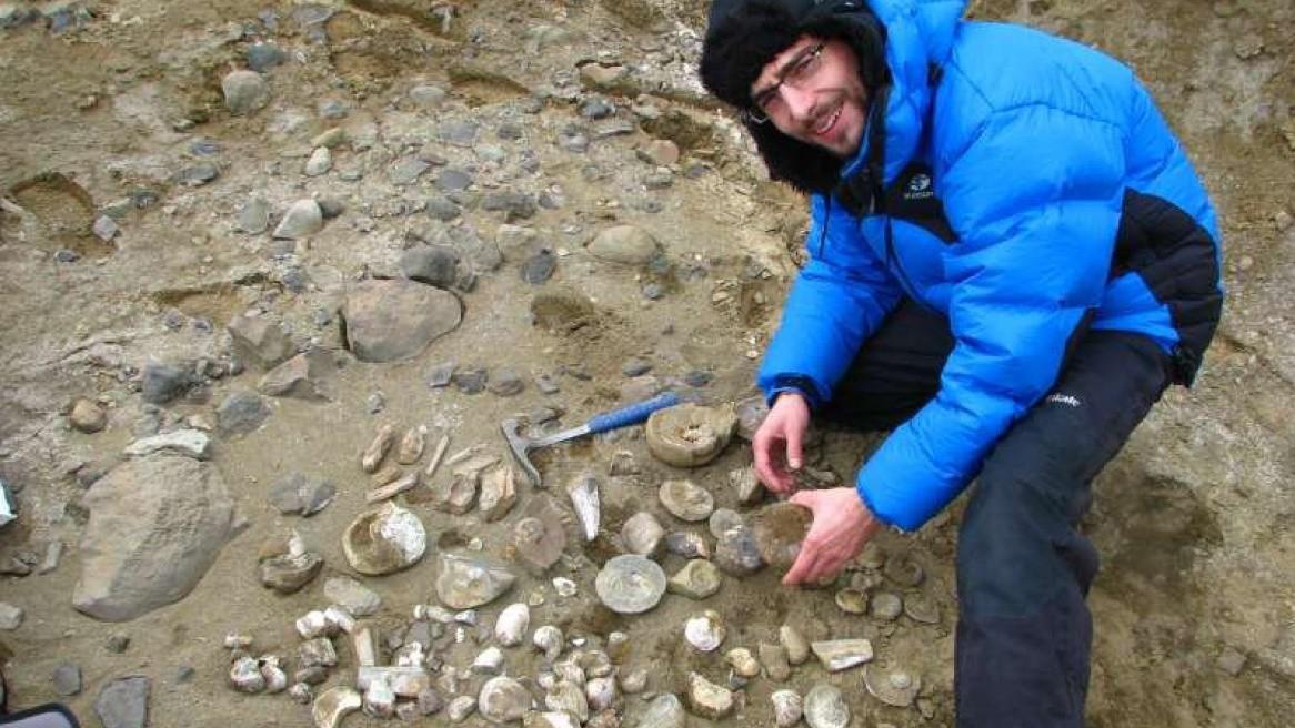 Paleontolog při práci na nalezišti