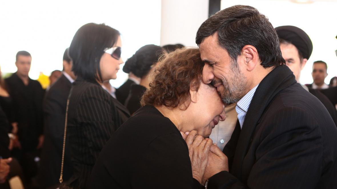 Ahmadínežád objímá Chávezovu matku