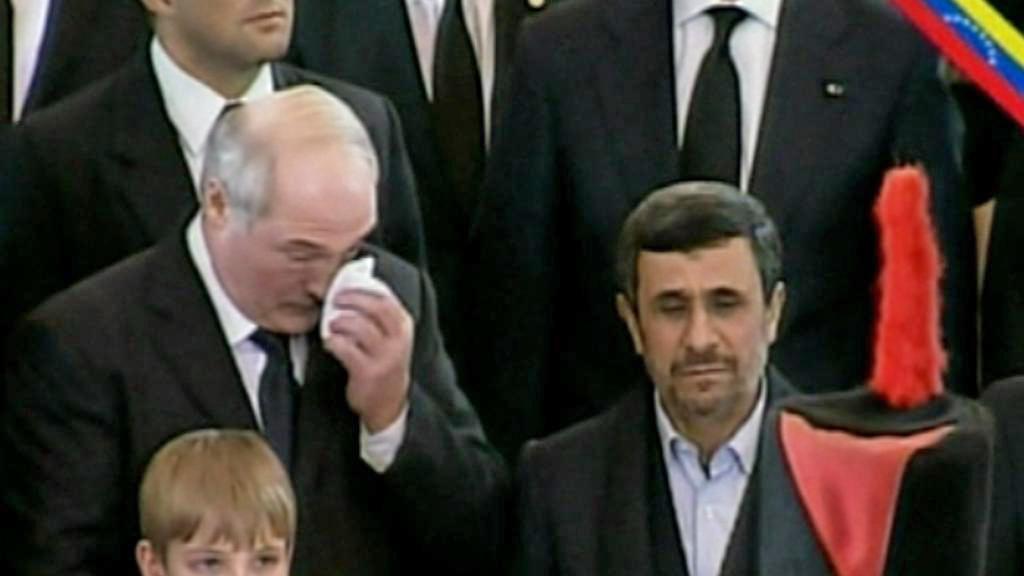 Alexandr Lukašenko a Mahmúd Ahmadínežád na Chávezově pohřbu