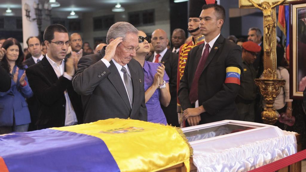 Raúl Castro u rakve Huga Cháveze
