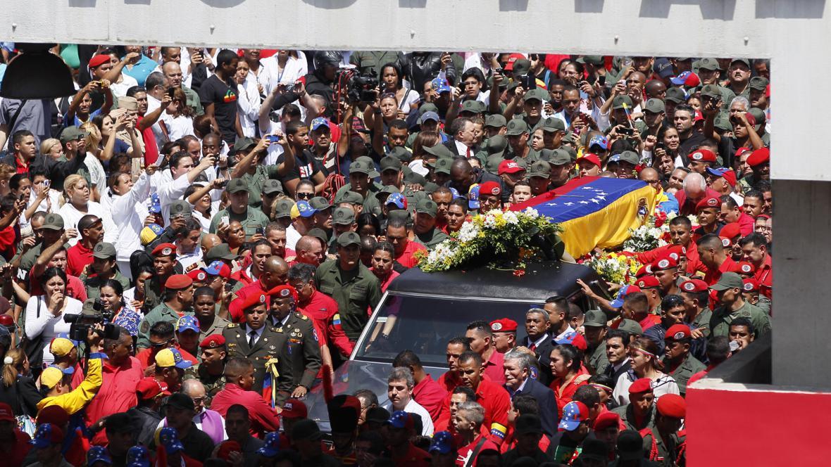 Rakev s ostatky Cháveze vyprovodily z nemocnice tisíce lidí