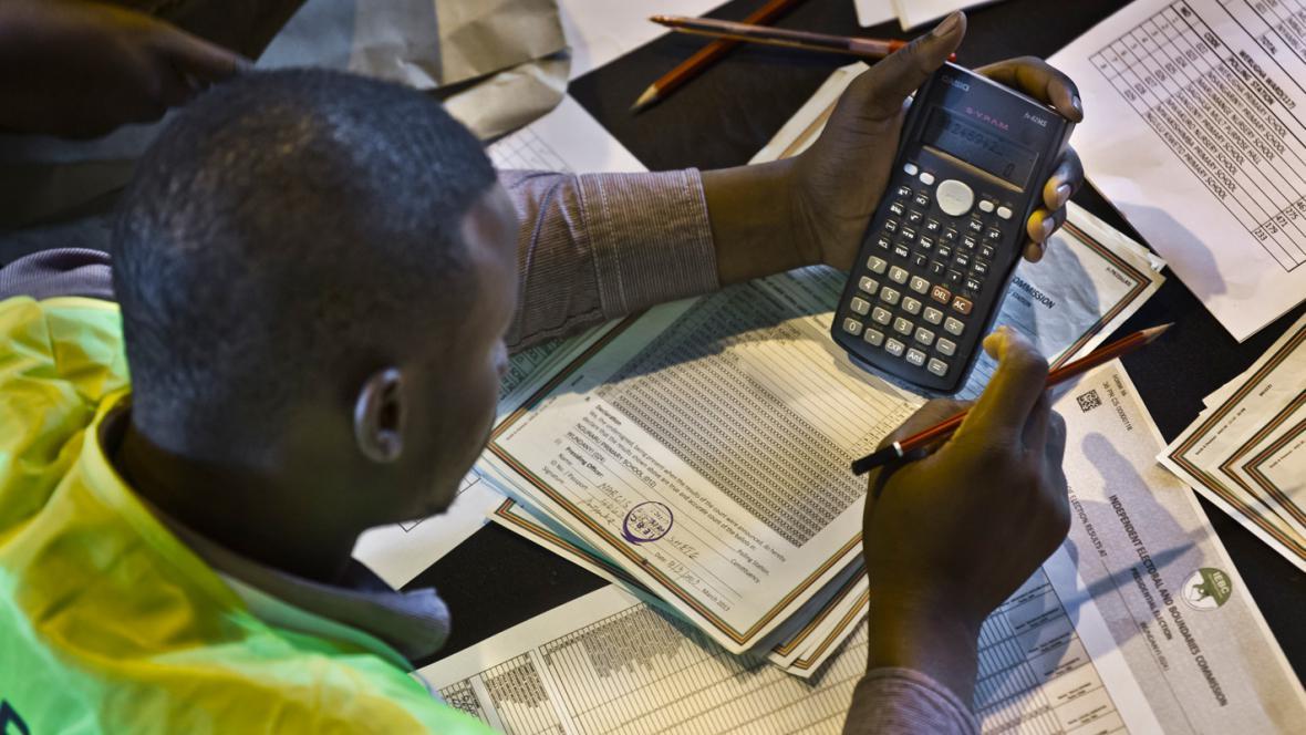 Volební lístky v Keni se začaly počítat ručně
