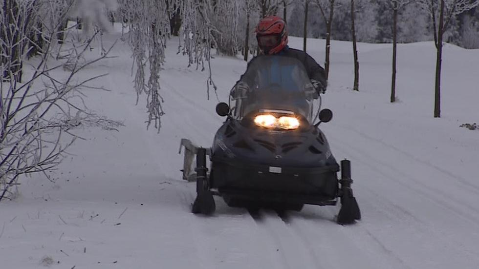 Skútr připravuje lyžařskou stopu