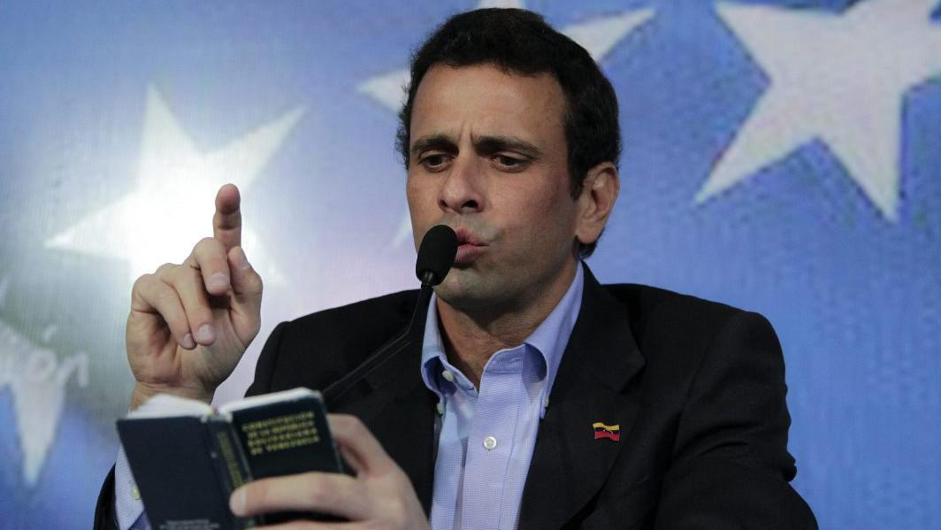 Henrique Capriles předčítá z ústavy