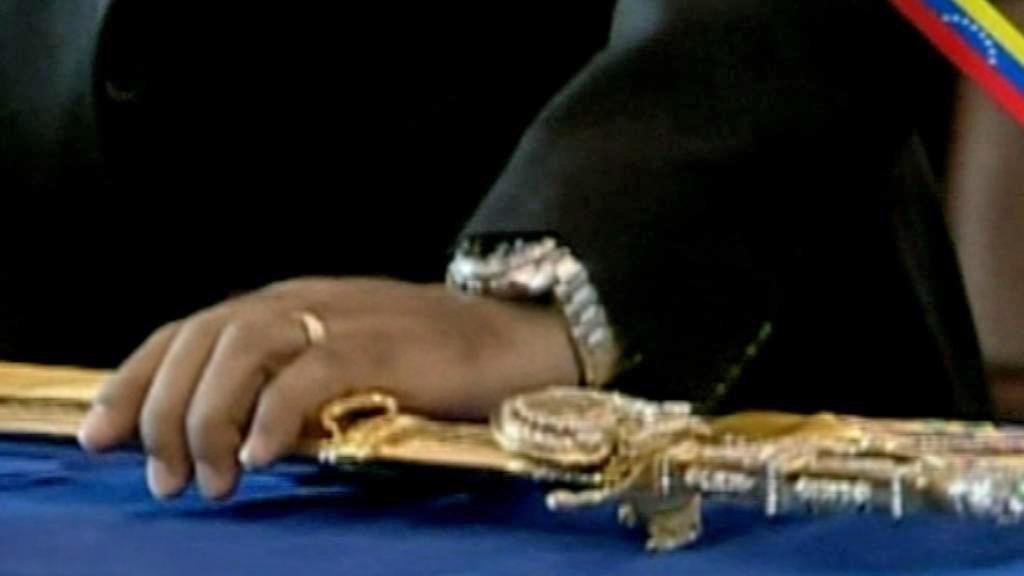 Bolívarův meč na Chávezově rakvi