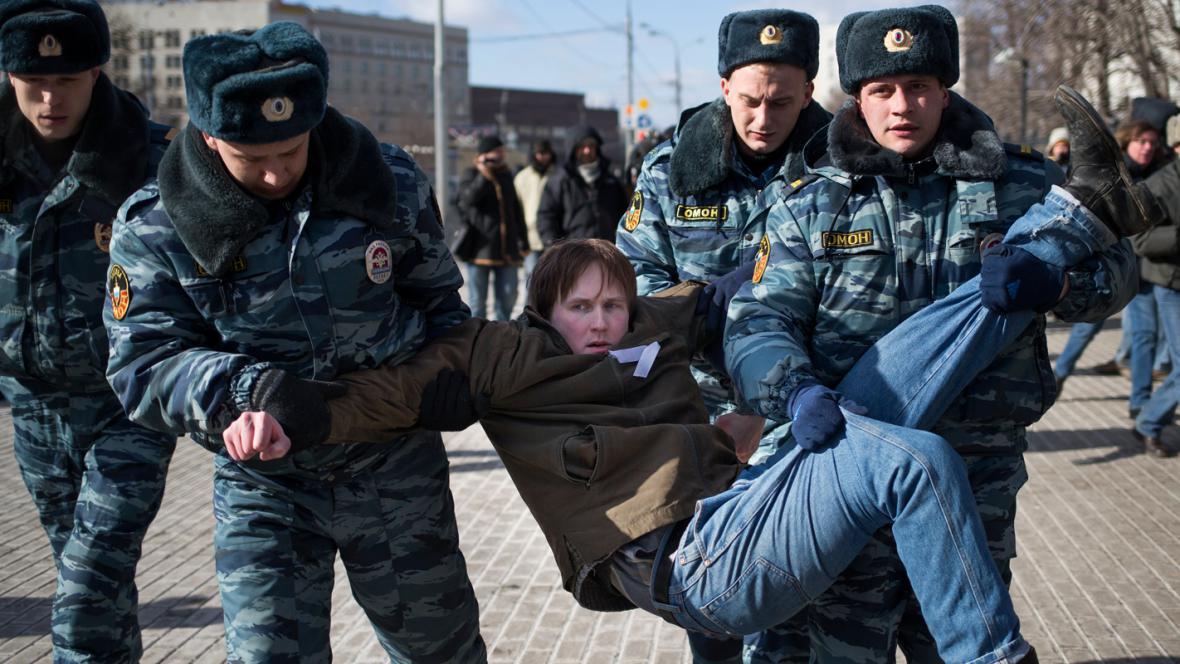 Ruská policie zatýká na MDŽ demonstranty podporující Pussy Riot