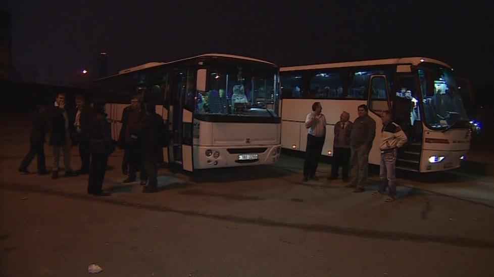 Lidé se u autobusů scházeli už nad ránem