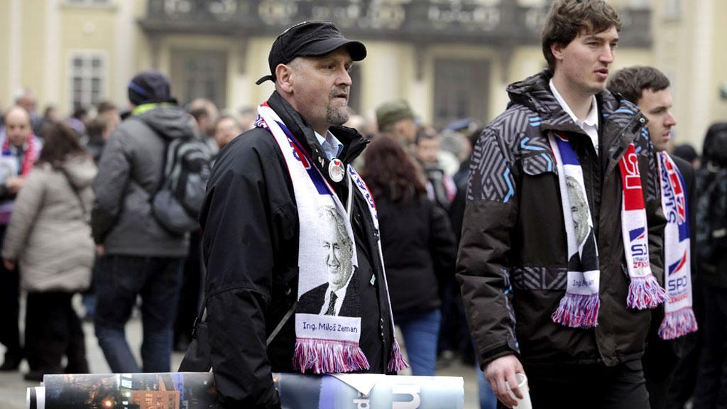 Příznivci Miloše Zemana na Pražském hradě