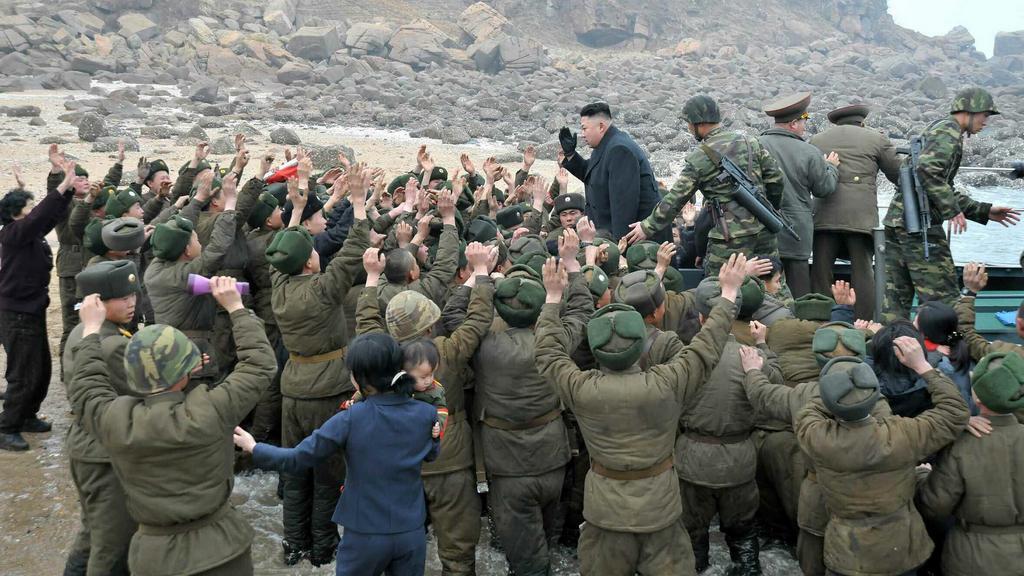 Kim Čong-un mezi svými vojáky