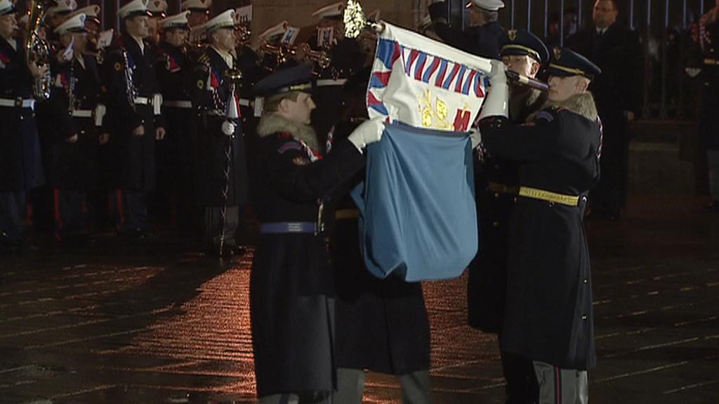 Hradní stráž uklízí prezidentskou vlajku