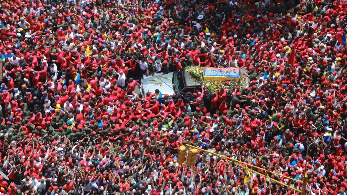 Odjezd rakve s ostatky Huga Cháveze z nemocnice