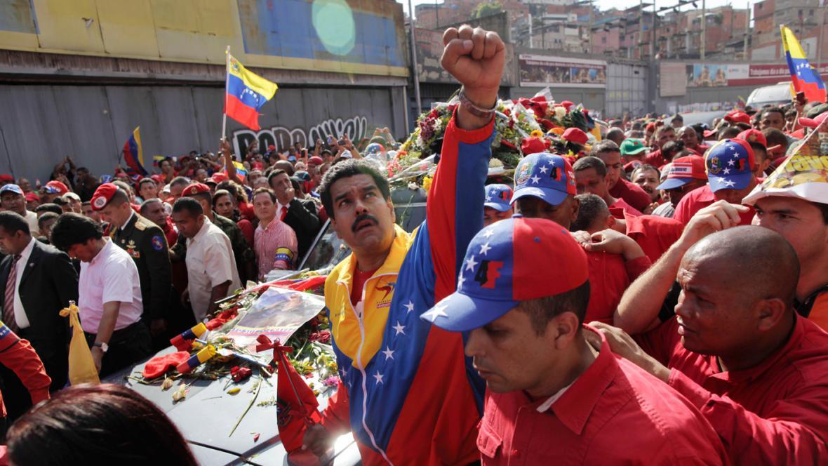 Viceprezident Nicolás Maduro doprovází rakev s Chávezovými ostatky
