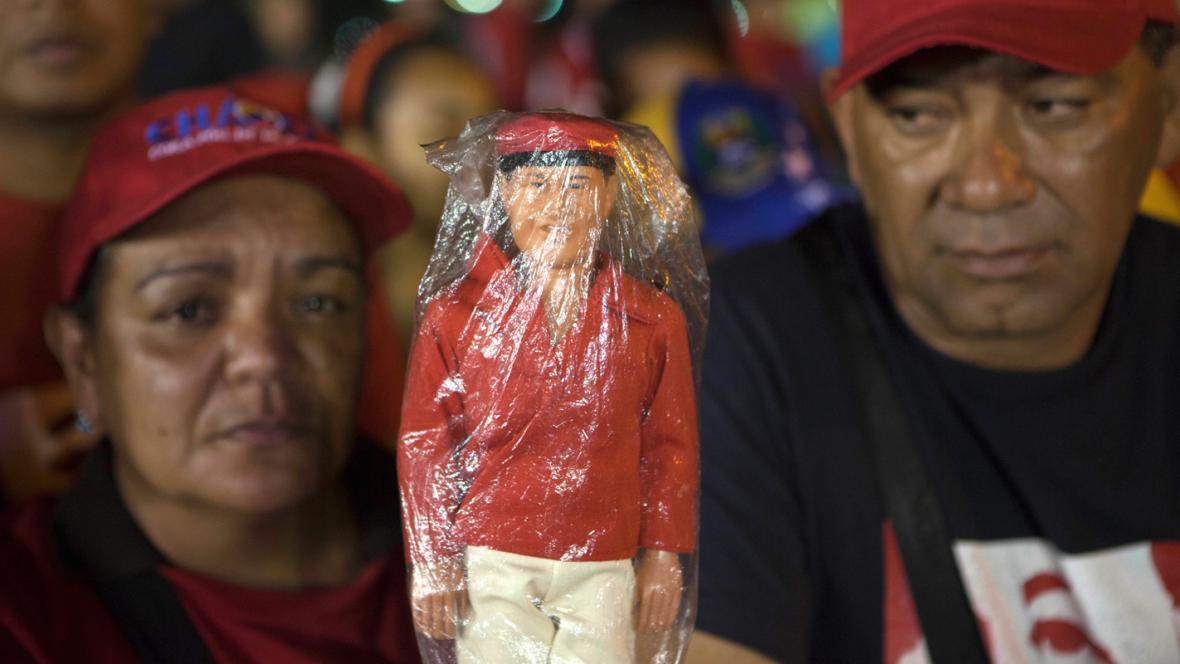 Příznivci Huga Cháveze s jeho panenkou