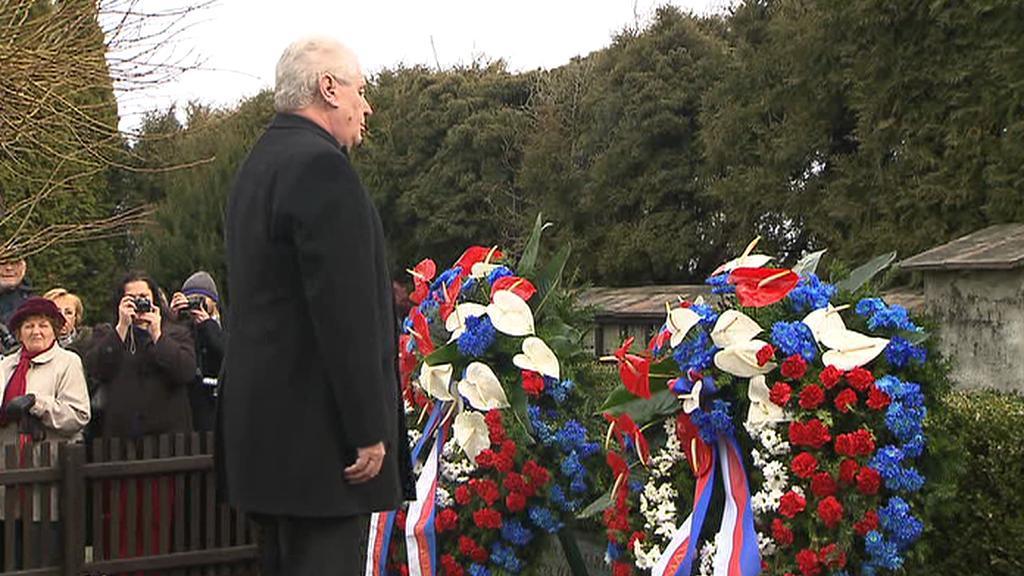 Miloš Zeman u hrobu Tomáše Garrigua Masaryka