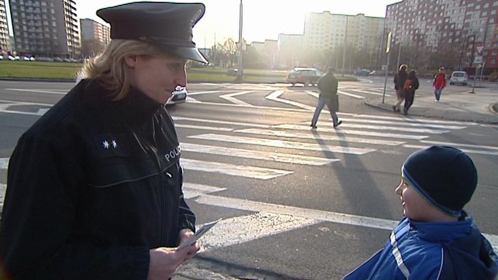 Policistka s přecházejícím chlapcem
