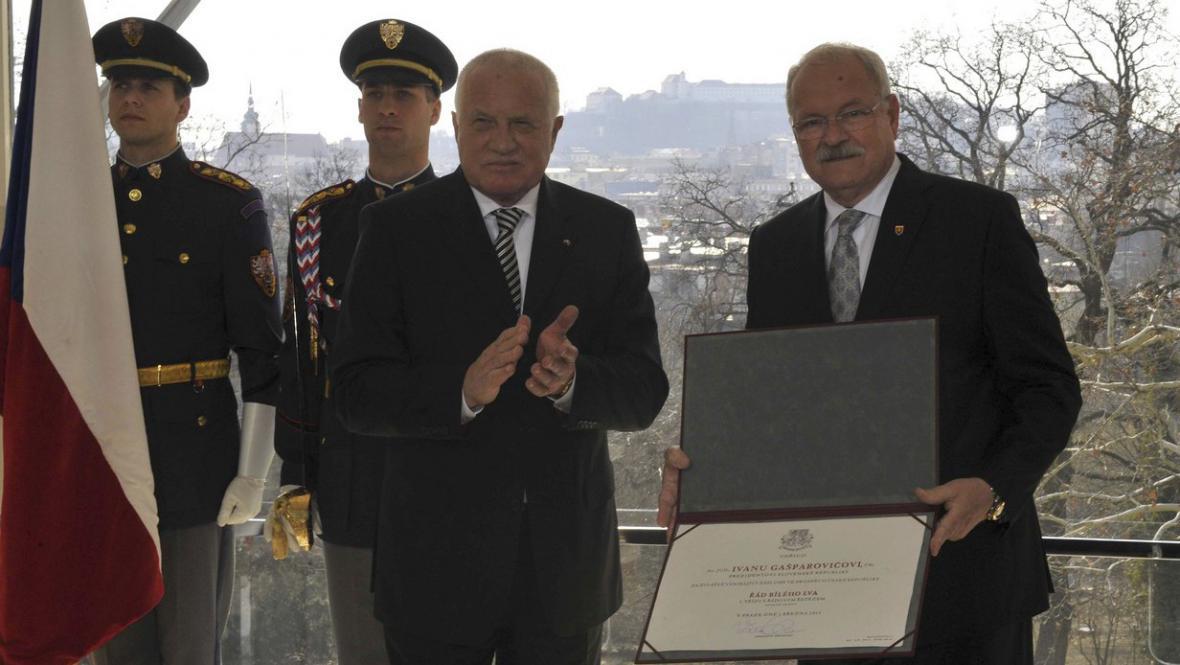 Klaus a Gašparovič si předávají vyznamenání