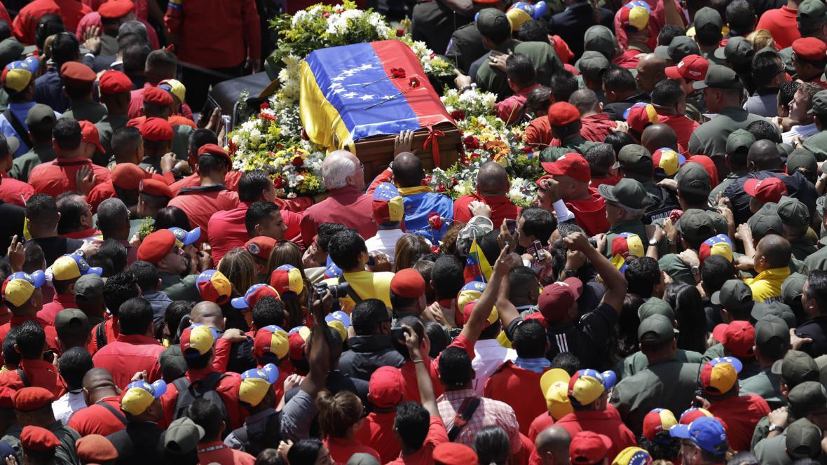 Tisíce lidí vyprovázejí rakev s Chávezovými ostatky