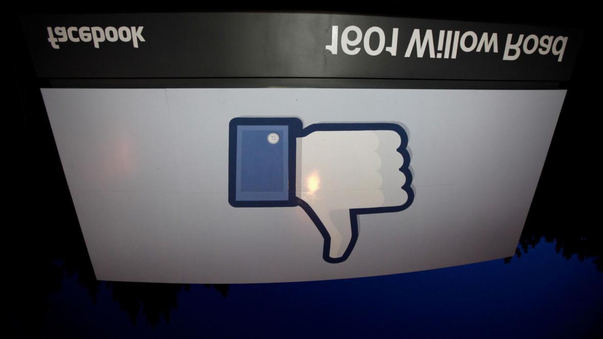 Pokles akcií Facebooku