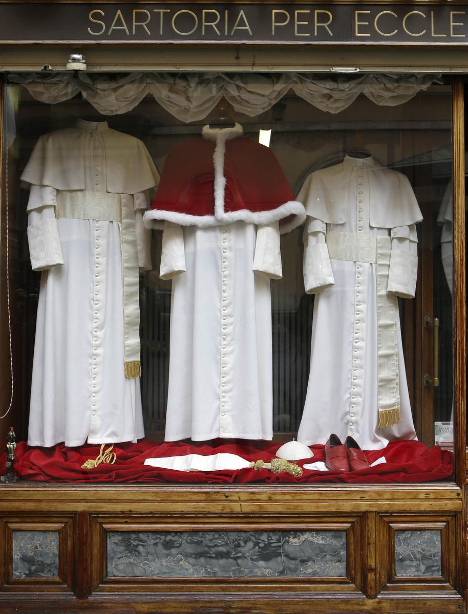 Roucha a boty pro nového papeže jsou připraveny