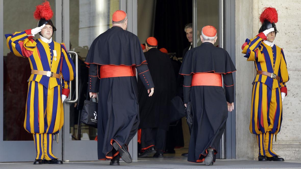 Kardinálové přichází na kongregaci