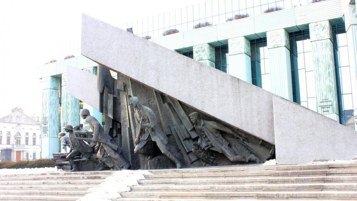Pomníky ve Varšavě nebývají zrovna malé