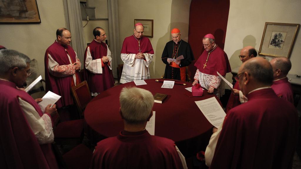 Kardinál komoří Tarcisio Bertone (uprostřed)