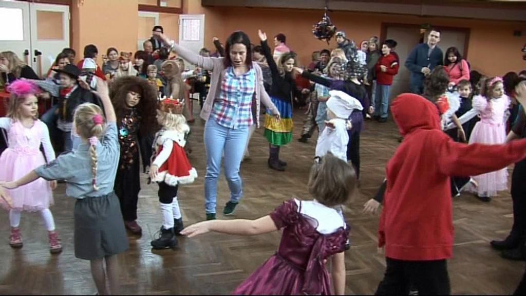 Děti v karnevalovém reji