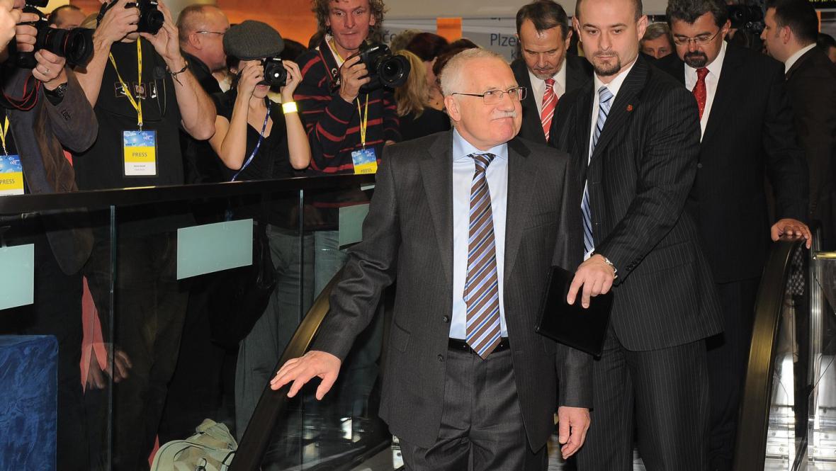 Václav Klaus odchází z kongresu ODS