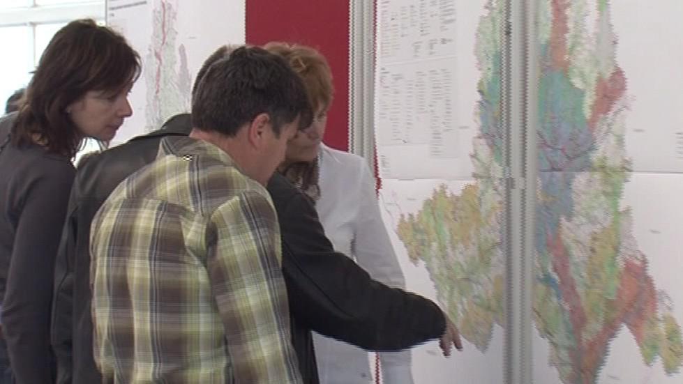 Lidé diskutují nad územním plánem kraje
