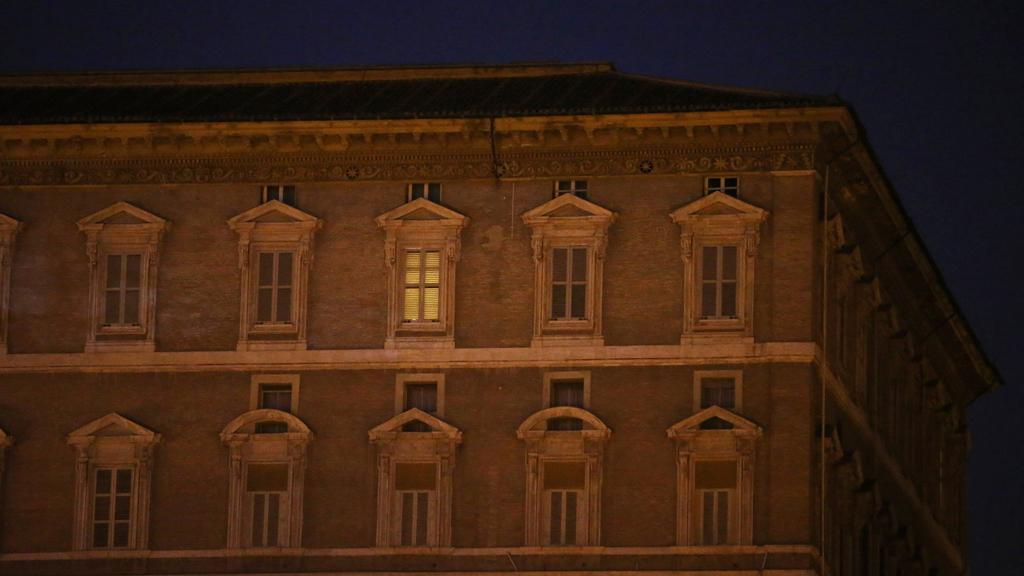 Před vypršením pontifikátu svítilo v papežském apartmá světlo