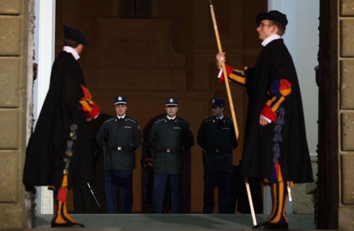 Benediktovu ochranu převzala od Švýcarské gardy vatikánská policie