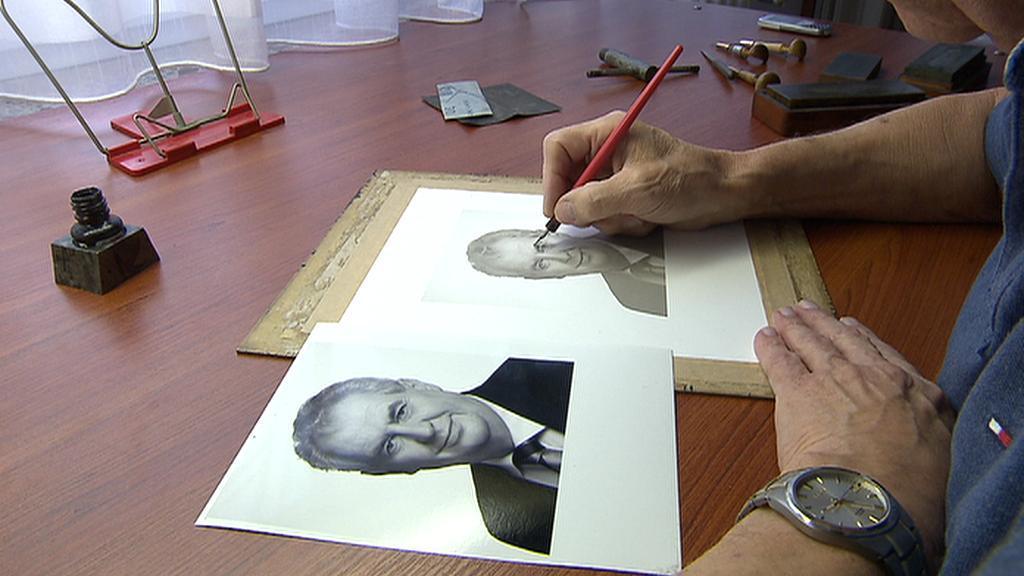 Miloš Ondráček při tvorbě známky s Milošem Zemanem