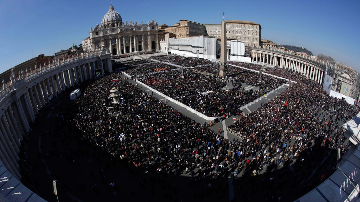Věřící zaplnili Svatopetrské náměstí