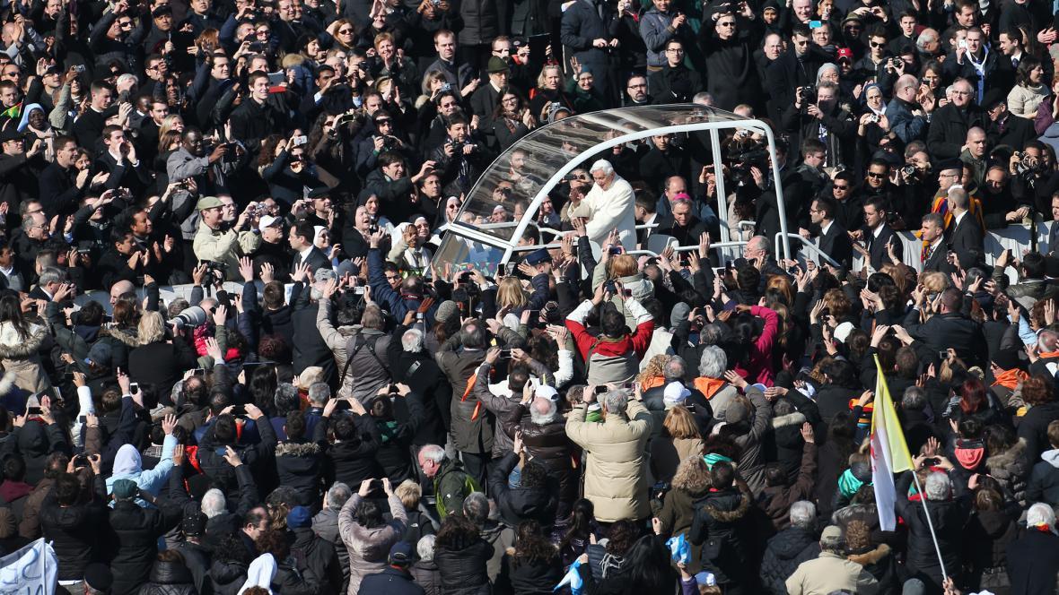 Věřící vítají papeže