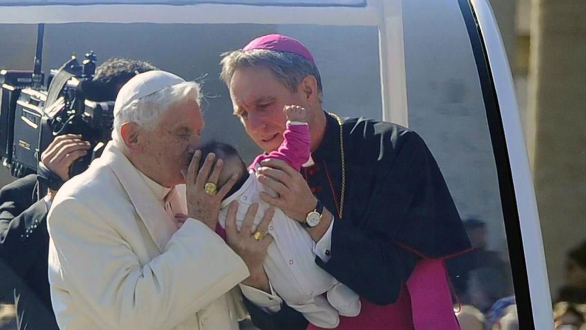 Papež požehnal několika dětem