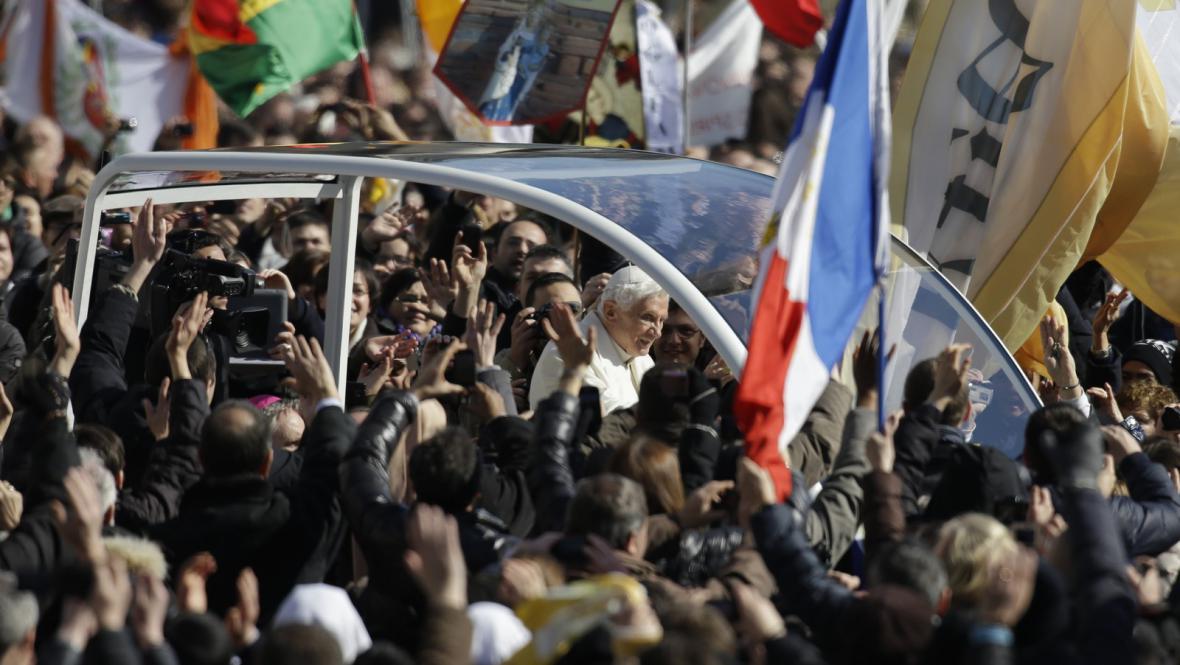 Papež Benedikt  XVI. přijíždí na generální audienci