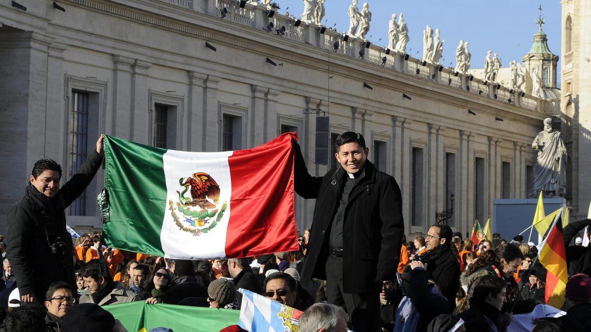 Věřící se loučí s papežem