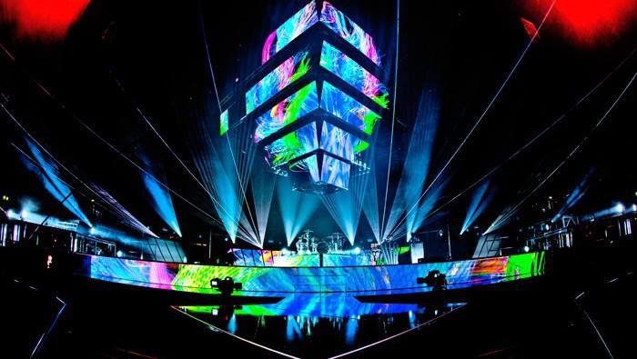 Příprava scény na koncert Muse