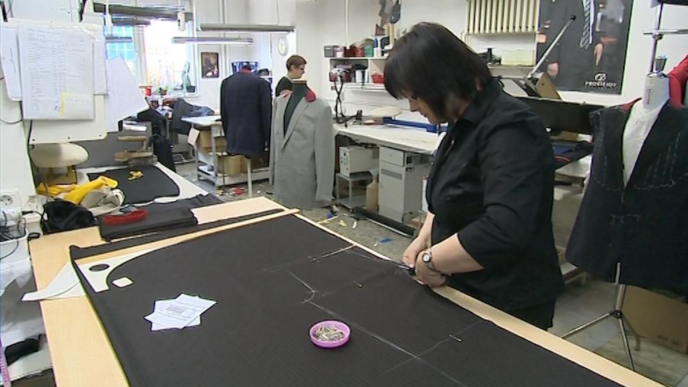 V této dílně vznikaly Zemanovy obleky i během prezidentské kampaně
