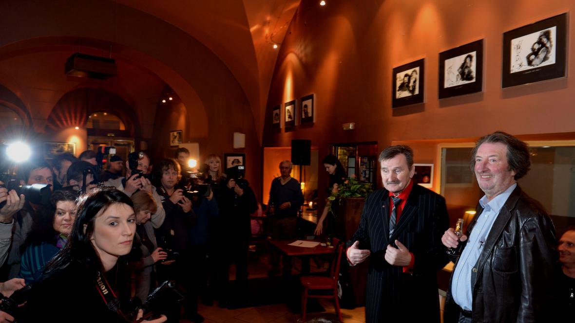 Vernisáže se zúčastnil fotograf i jeho objekt