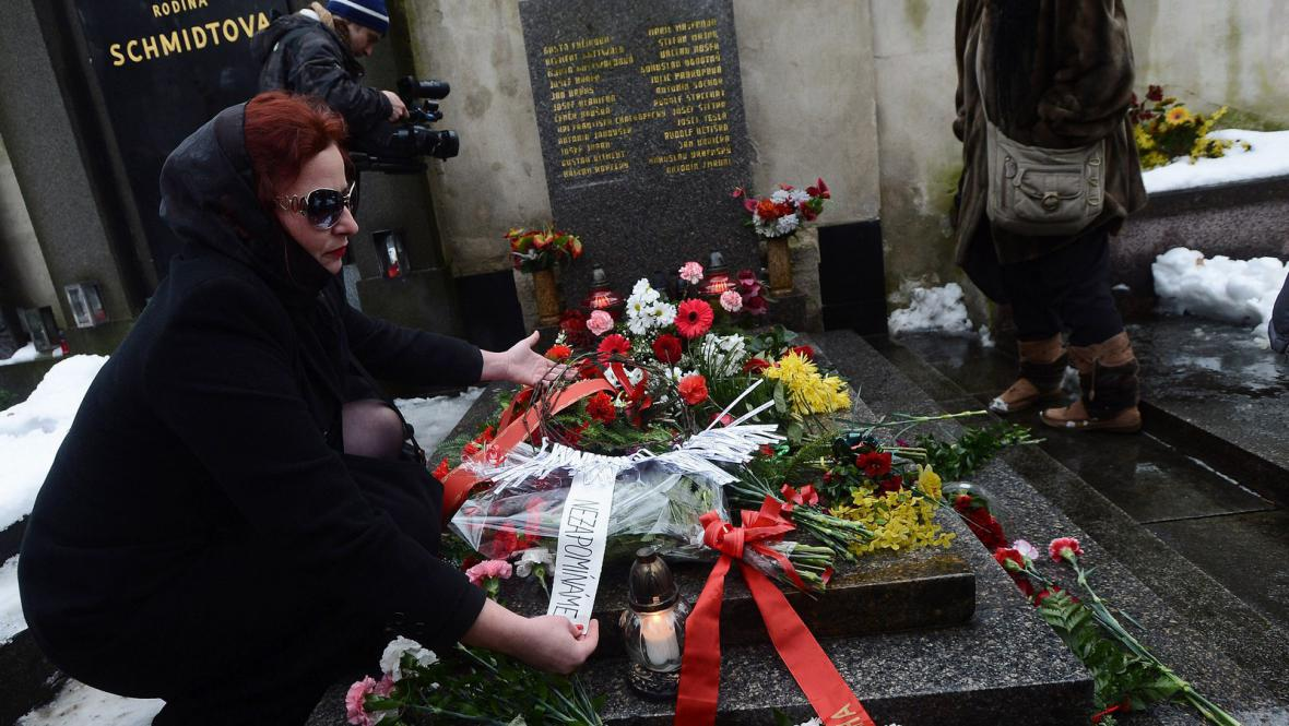 Pražští komunisté u hrobu prezidenta Klementa Gottwalda